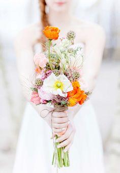 Poppig und frisch – Brautsträuße in Orange bringen sofort Sommergefühle und die kann ich bei dem aktuellen Blick aus dem Fenster echt gebrauchen. Denn in Berlin könnte man meinen der Herbst s…