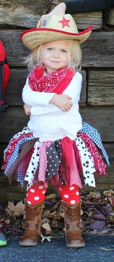 ein Mädchen mit einfachen DIY Faschingskostüm, doch sieht niedlich aus