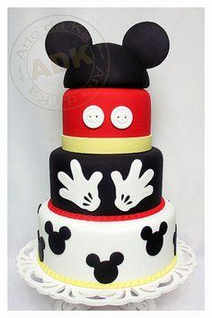 Bolo decorado do Mickey Mouse Bolo Do Mickey Mouse, Fiesta Mickey Mouse, Bolo Minnie, Mickey Cakes, Minnie Mouse Cake, Mickey Mouse Parties, Mickey Party, Disney Parties, Mickey And Minnie Cake