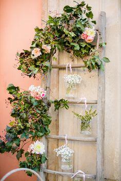 vintage ladder wedding decor | photo: Federica Cavicchi more on http://weddingwonderland.it/2016/03/pasta-scarpe-fucsia-un-matrimonio-coloratissimo.html