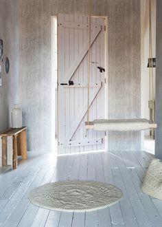 Oude wit geverfde vloer van De Oude Plank. Old White wooden floor @fransuyterlinde   Photographer Jansje Klazinga   vtwonen May 2015   #vtwonencollectie #oudeplank