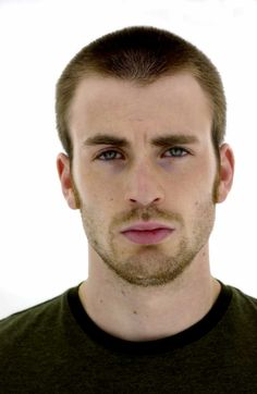 Chris Evan Buzz haircut The buzz cut is one style of haircut that has been around for decades. This haircut is a quick and clean cut. Due to the buzzing noise that comes from the clippers is how the hair cut got its name. People often associate. Capitan America Chris Evans, Chris Evans Captain America, Capt America, Mark Ruffalo, Sebastian Stan, Buzz Haircut, Vs The World, Robert Evans, Scott Pilgrim