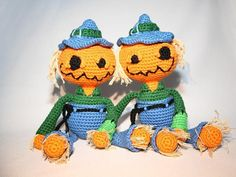 SCAREKIN (Pumpkin Scarecrow)Take a Pumpkin and a Scarecrow, mix well und you'll get a Scarekin. Perfect for autumn and Halloween.With DK yarn I got the following size: 28 cm (including hat)You can use any yarn you like.With lighter yarn the figure will be smaller, with heavier yarn it will be bigger. For babies and small children I recommend 100% cotton yarn and washable stuffing.This pattern contains lots of reference pictures and step-by-step-instructions (photo tutorial);11 pages of...