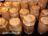 Domáca mäsová nátierka 3 kg rajčina 1 kg paprika 1 kg mleté bravčové mäso 1 kg cibuľa 150 g cukor 100 g soľ 500 g horčica 400 ml olej 5 ks feferónka Všetky suroviny pomelieme na mäsovom mlynčeku a varíme v hrnci dve hodiny. Je potrebné dodržať čas varenia, aby sa prebytočná voda vyparila... inak bude nátierka riedka. Po dvoch hodinách odstavíme a pridáme olej a horčicu, premiešame a necháme trochu vychladnúť. Potom zmes rozmixujeme na hladkú kašu a plníme do pohárov. Sterilizujeme 10 minút.