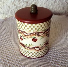 Pintura+country+em+lata+de+leite+reciclada(400gr)+com+tampa+de+mdf. R$ 18,00 Coffee Can Crafts, Tin Can Crafts, Arts And Crafts, Altered Tins, Altered Bottles, Tin Can Art, Apple Kitchen Decor, Mod Podge Crafts, Apple Decorations