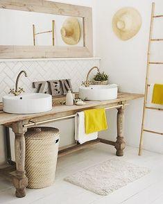 mesa de madera recuperada como mueble bajolavabo para dos