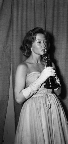 DIE SIEGER - Gloria Grahame gewann den Oscar für die beste Nebendarstellerin Stadt der Illusionen im Jahr 1952.