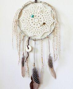 Veja como criar diversos estilos de filtro dos sonhos! Passo a passo para fazer com galhos, bastidor, crochê, macramê, conchas e muito mais!
