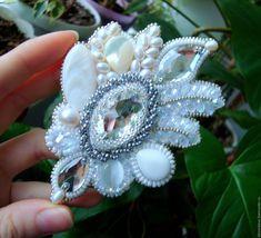 """Купить """"Прикосновение Ангела"""" крупная брошь с кристаллами, жемчугом. - белый, необычная брошь, ангел"""