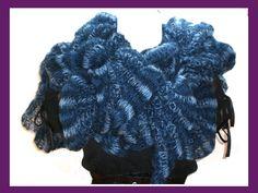 kuscheliger Rüschenschal aus einer hochwertigen Mohair-Mischung in verschiedenen Blautönen von Hellblau über Azurblau zu Dunkelblau. Der Schal bietet