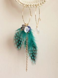 As the temperatures begin to drop and activities move from outdoors to indoors, we find ourselves hitting the crafting table with gusto. Our current love? Feathers. They come in various shapes and sizes, with colors that range from humble and earthy brown to crisp and clean white – even stunning iredescents!
