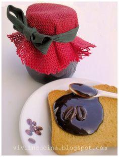 Questa insolita confettura di cacao e caffe' e' squisita .Sul pane o fette biscottate ,come farcitura di crostate ,un cucchiaino nel caffe' ...