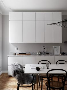 An Elegant Stockholm Apartment and a Few Ideas to Steal for an Effortlessly Chic Look Stockholm Apartment, Nordic Style, Kitchen Styling, Kitchen Interior, Kitchen Design, Interior Design Inspiration, Cupboard, Kitchen Cabinets, Minimalist Interior