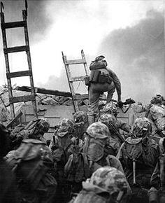 De oorlog begon in 1950 met een aanval van Noord-Korea op het zuiden en eindigde in 1953 met een wapenstilstand. Er is nooit een vredesverdrag gesloten, daardoor heb je nog steeds een beetje oorlogsfeer daar. Ik heb deze foto bij de tekst gekozen omdat je hier ziet dat ze zich klaarmaken voor de oorlog.