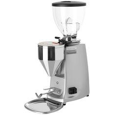 Mazzer Mini Elektronic Mod A Kaffekvern.  Mazzer Mini Electronic egner seg til et lavere forbruk. Passer fint hjemme, på mindre barer eller på kontoret.  Mazzer Luigi er verdensledende produsent av kaffekverner. Mazzer har produsert kvalitetskverner helt siden 50 tallet. Kaffekvernene fra Mazzer har trinnløs justering av målingsgraden. Dette er et system som de selv har utviklet og patentert.  Vil du ha det beste du kan få fatt i av kaffekverner så skal du kjøpe en Mazzer.