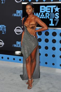 Justine Skye looked like a space goddess in this gunmetal sparkling draped gown featuring a brown bodice. Black Is Beautiful, Beautiful Dark Skinned Women, Gorgeous Women, Beautiful African Women, Beautiful Lips, Beautiful Gowns, African Beauty, African Fashion, Tumbrl Girls