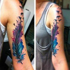 Federn mit Vögeln-Ausführung mit Wasserfarbe-Effekt am Oberarm