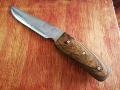 Ganivet fet a mà, mànec d'olivera i passadors de llautó