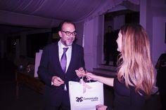Josechu Santana, diseñador nupcial recibiendo el regalo de Comunicalia de mano de María Fernández de Amor Propio
