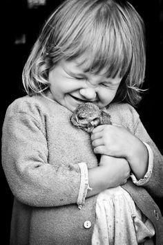 Sorrir não mata. Viver não dói. Abraçar não arde. Beijar não fere. Rir não machuca. Você não tem motivos para não tentar ser feliz.