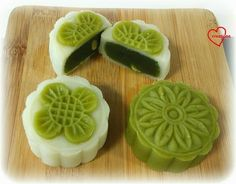 Loving Creations for You: Green Tea Snowskin Mooncake (updated recipe for… Asian Desserts, Just Desserts, Dessert Recipes, Baking Recipes, Chinese Moon Cake, Mooncake Recipe, Matcha Dessert, Asian Cake, Springerle Cookies