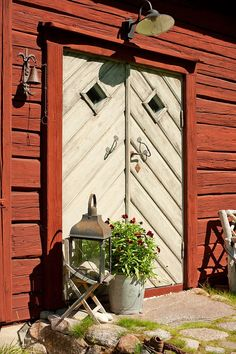 Flemma Stensätter , Linköping - Fastighetsförmedlingen för dig som ska byta bostad Front Door Lighting, Swedish Cottage, Sweden House, Red Houses, Door Entryway, Swedish Style, Scandinavian Home, Beautiful Buildings, Exterior Paint