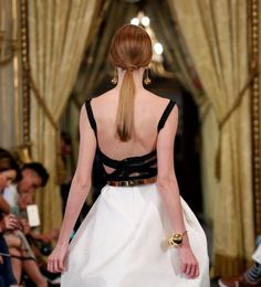 Se você quer um penteado simples e que combine com seu estilo para seu casamento, não perca a galeria de penteados de noiva com rabo de cavalo. Natu