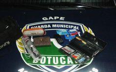 """Ladrão e """"cliente"""" são presos por furto de bolsa em Botucatu - Na noite desta quarta-feira, 25, o inspetor Pichinin e os guardas civis municipais Nogueira e Lourenço, detiveramdois indivíduos, um deles suspeitode ter furtado uma bolsa com vários documentos, cartões de crédito e um celular. Já o segundo indivíduo teria comprado o celular furtado.  Segundo - http://acontecebotucatu.com.br/policia/ladrao-e-cliente-sao-presos-por-furto-de-bolsa-em-botucatu/"""
