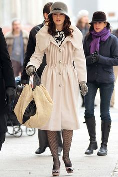 """I love this outfit Leighton Meester wore on the set of """"Gossip Girl"""". While I'm not a watcher of the show, I do love many of the vintage ins. Gossip Girl Blair, Moda Gossip Girl, Estilo Gossip Girl, Gossip Girls, Gossip Girl Outfits, Gossip Girl Fashion, 60 Fashion, Winter Fashion, Fashion Trends"""
