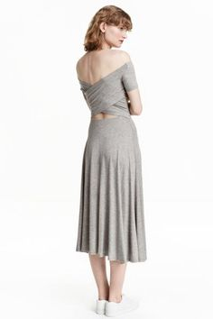 Sukienka z odkrytymi ramionami: Dżersejowa sukienka z odkrytymi ramionami i krótkim rękawem. Długość do połowy łydki, kopertowy tył i elastyczne odcięcie w talii.