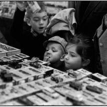 Henri Cartier-Bresson, Paris. 75009. Galeries Lafayette.