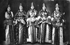 Οι νύφες του Ικονίου. Αρχείο Κέντρου Καππαδοκικών Μελετών Folk Dance, Cappadocia, Greek, Costumes, Traditional, Rum, Clothes, Vintage, Outfits
