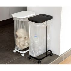 30~45Lのゴミ袋がかけられるシンプルなダストスタンドは、資源ゴミの分別にもおすすめ。