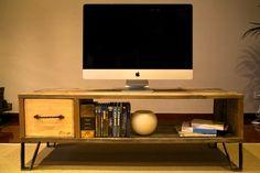 Mueble de TV hecho con palet recicladoAlto del mueble : 42Ancho del mueble : 120Fondo del mueble : 42Mueble de TV estilo retro. El cajón está hecho con caja de vino reciclada. Tirador de hierro retorcido antiguo. Las patas de hierro de este mueble de TV están hechas a mano. La madera del mueble de tv hecho ha sido barnizada con capa incolora para respetar su color y aspecto original, mejorar su conservación y facilitar la limpieza. La altura de las patas de este ...