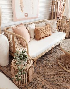 Design Inspo Boho Chic Wohnzimmer, Korbsessel A Natural Approach To Managing Acne Almost everyone ha Boho Chic Living Room, Bohemian Living, Modern Bohemian, Bohemian Patio, Bohemian Design, Decor Room, Living Room Decor, Bedroom Decor, Day Bed Living Room