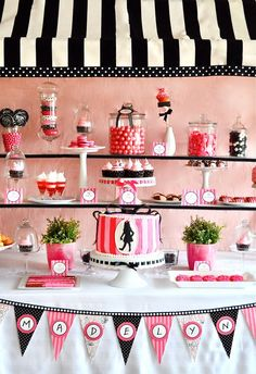 Along with many others out there, I'm a huge fan of the gorgeous fondant sugary creations from Charynn of Two Sugar Babies. She pops up within the vendor c