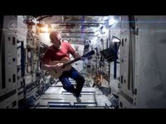 "Canadian astronaut Chris Hadfield produced a stunning music video tribute to David Bowie's ""Space Oddity"" aboard the International Space Station --> So Great! He is the best :) Chris Hadfield, David Bowie, Major Tom, William Blake, Trailer Peliculas, Charlevoix, Mega Sena, Primer Video, To Infinity And Beyond"