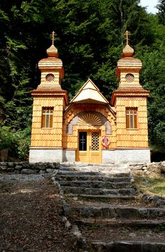 The Russian chapel was built to honour the memory of those who died and to serve as a reminder of the follies of war. Russians prisoners built the neat little chapel between 1916 and 1917. The chapel has two small towers built in traditional Russian style. All around the chapel and along the roadside are the graves of Russian soldiers.