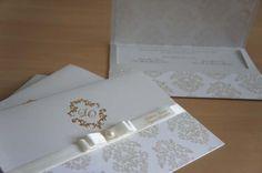 Convite personalizado de casamento, clássico branco com gelo, escritas em dourado e logo com as iniciais dos noivos.