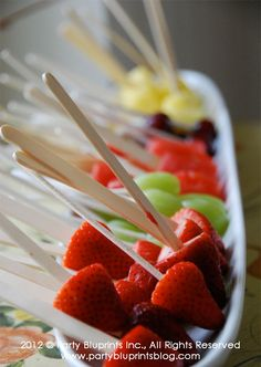 Fruit pops, a healthy alternative to the cake pop trend Appetizer Recipes, Fruit Recipes, Appetizers, Snack Recipes, Cooking Recipes, Food On Sticks, Fruit Sticks, Healthy Snacks, Healthy Recipes