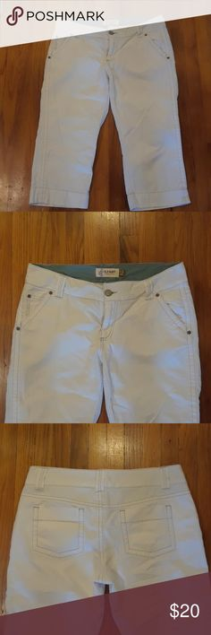 OLD NAVY White denim capri White denim capri with grey stitching. Excellent condition. Old Navy Jeans Ankle & Cropped