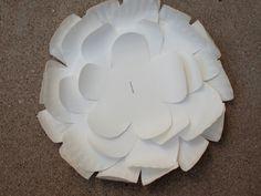 assembler-les-différentes-parties-de-la-fleur-à-l'-aide-d-une-agrafeuse-activité-créative-fleur-diy