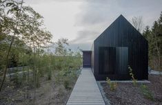 Format Elf Architekten designed three Langhäuser (Longhouses) cottages for Hofgut Hafnerleiten, Bad Birnbach in Bavaria, Germany Architecture Durable, Architecture Résidentielle, Contemporary Architecture, Bad Birnbach, Modern Barn House, Modern Cottage, Cottage In The Woods, Cabin Design, Black House