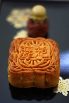 How to make a mooncake! I had them in Japan (bought them at Chinatown/Motomachi hihi) and they're good!