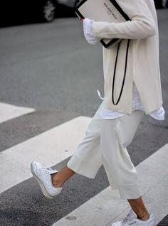 すべてを白系で統一した上級者コーデ。白ニットから白シャツをのぞかせて柔らかい雰囲気に。