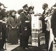 Nicholas and Alexandra (with Olga and Tatiana in background) are welcomed with traditional Russian bread and salt. I believe this is at their arrival for Borodino celebrations at . Czar Nicolau Ii, Anastasia, Queen Victoria Family, Familia Romanov, Princess Louise, Grand Duchess Olga, Alexandra Feodorovna, Russian Literature, Tsar Nicholas Ii