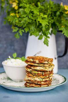 Zucchiniplättar med fetaost, vilken underbar enkel lunch. Dessutom helt glutenfri och så enkel att göra. Jag har länge tänkt göra just zucchiniplättar, jag fick en plättlagg i julklapp och tänkte att