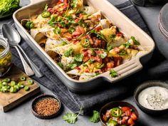 Gratinert enchiladas med kylling | med Video | Oppskrift | Meny.no Frisk, Tex Mex, Enchiladas, Food Videos, Guacamole, Tacos, Food And Drink, Chicken, Dinner Ideas