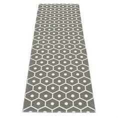 Den stilfulla mattan Honey från Pappelina är en vävd plastmatta som har en trendig design med ett mönster som påminner om insidan av en bikupa. Mattan finns i olika färger samt storlekar och är vändbar vilket ger möjlighet till variation. Använd mattan i hallen eller i köket och matcha den med detaljer i liknande färger för att skapa en enhetlig stil i rummet.