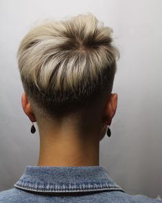 Pixie With Faded Back And Sides ❤️ Our collection of short hair trends 2018 will surprise you. You will see all the faves among celebrities: undercut, pixie cuts, bobs and other popular haircuts. Get inspired for your own latest short cut. Super Short Hair, Short Grey Hair, Short Hair Cuts For Women, Cool Short Hairstyles, Short Pixie Haircuts, Pixie Hairstyles, Haircut Short, Teenage Hairstyles, Bob Haircuts